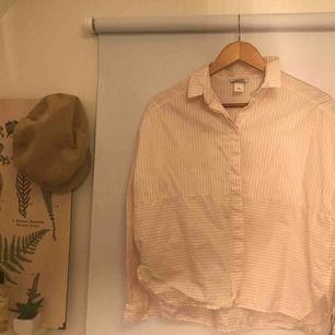 Söt skjortblus från monki , använd få gånger, priset kan diskuteras vid frakt!  Sitter som en S