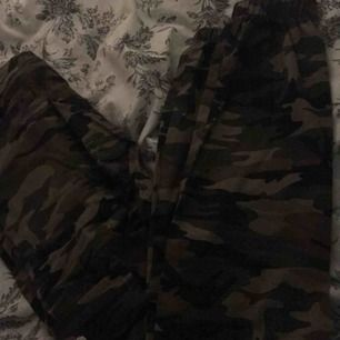 fina camouflage byxor ifrån madlady, använda max 4 ggr så i väldigt bra och fint skick, säljes då jag inte använder dom och bara ligger & tar plats, Strl S, väldiga sköna & stretchiga med en mudd längst nere på benet. Fraktkostnad tillkommer!☺️