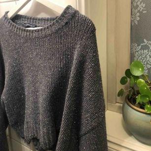 Snygg stickad Zara tröja. Storlek M men den är väldigt croppad. Finns i Falun men kan skickas😄💕✌🏽