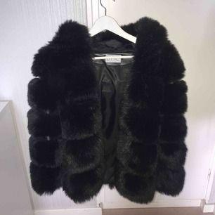 Supervarm fuskpälsjacka med luva, passar perfekt till vintern! Nästan helt ny, använd under 10 gånger. Inköpt för 1200 kr. Storlek S men mer som en XS. Köparen står för frakten.