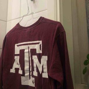 Riktigt cool tröja med tryck både fram och bak. Står ingen storlek men som en S. Den är lite oversized på mig som brukar ha Xs! Finns i Falun men kan skickas!💕😁🤩 passar både killar och tjejer!