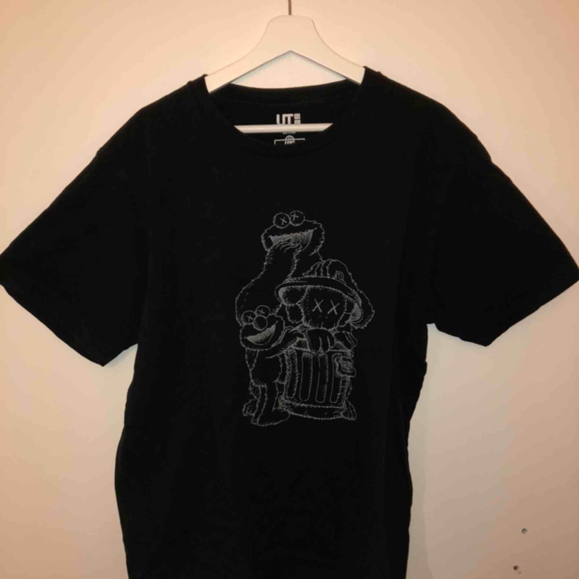 Kaws x Uniqlo x Sesame Street T-shirt, sparsamt använd. Möts upp i Stockholm efter så kostar frakt 36kr. . T-shirts.