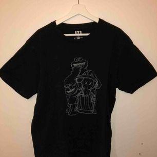 Kaws x Uniqlo x Sesame Street T-shirt, sparsamt använd. Köparen står för frakten:)