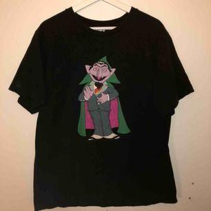 Kaws x Uniqlo x Sesame Street T-shirt I st xl. Köparen står för frakten:)