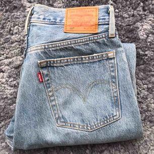 Levi's jeans i modell 501  Köpta i somras, fint skick, nypris 1 100kr Frakt ingår i priset