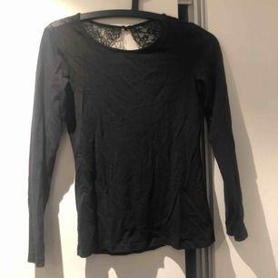 Långärmad tröja i t-shirt material med snygg öppenrygg och spets. Använd 2 ggr