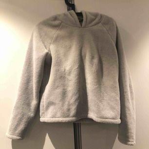Såå mysig hoodie/tjocktröja ifrån Gina tricot i strl xs. Köpte förra sommaren och jag har högst använt den 5 ggr
