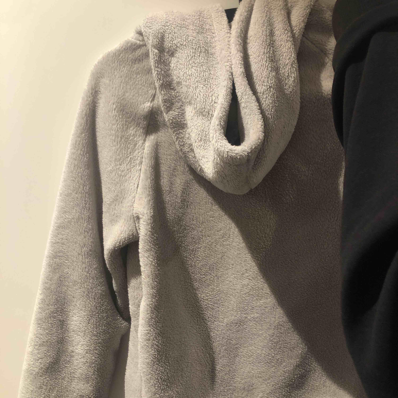 Såå mysig hoodie/tjocktröja ifrån Gina tricot i strl xs. Köpte förra sommaren och jag har högst använt den 5 ggr. Huvtröjor & Träningströjor.