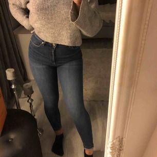 Jeans från Gina, knappt använda så dem är som nya. Formar kroppen jättefint