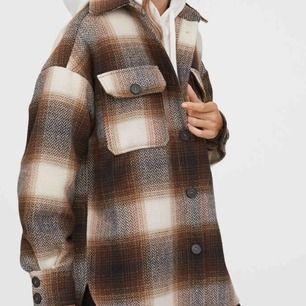 Intressekoll på min rutiga jacka från hm i fläckfritt skick. Minsta storlek (s/m) och är såå fin och varm. Ge ett bud i dm!