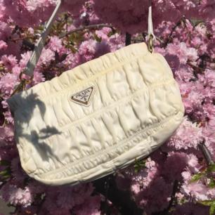 Det är med ett tungt hjärta jag nu funderar på att sälja och därmed gör en INTRESSEKOLL på min unika äkta Prada tessuto gaufre i vitt. 💖 Så fint skick och åker självklart in på kemtvätt innan köp. Lägg ett bud i chatten! Högsta bud just nu: 4500