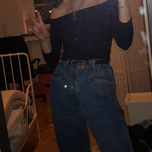 Högmidjade jeans med detalj✌ På lappen står det att dem är strlk 8 men dom passar mig som är 177 och har runt storek s i det mesta bra, liite stora på mig kanske💖🐽 Köpta på beyond retro garage sale för något år sedan