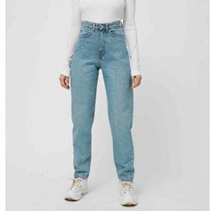 säljer mina weekday jeans i modellen lash :) de är i mycket gott skick. originalpris: 500kr. frakt tillkommer💞 (finns även i ecru/beige)
