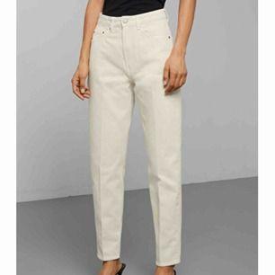 säljer mina weekday jeans i modellen lash :) de är i mycket gott skick. originalpris: 500kr. frakt tillkommer💞 (säljer även i blå)