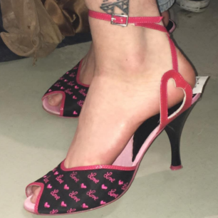 SÅ snygga 00s skor som bara använts på en fest💖 köpta secondhand dock~ prislappen e kvar