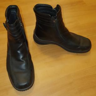 ECCO skor i storlek 40 Använda ett fåtal gånger, dom är i bra skick Nypris över 1.500kr Frakt tillkommer om dem skall postas