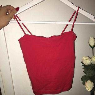 Jätte fin röd topp från Gina tricot i storlek xxs, säljes för att den sitter för liten på mig. Fint skick, Kan mötas upp eller frakta