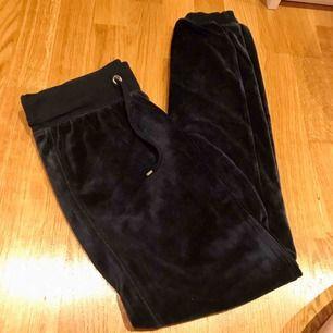 Marinblå mjuka och sköna velour-byxor från Cubus