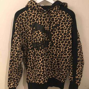 Supermysig oversized Puma hoodie i leopard mönster, använd en gång💛 FRAKT INGÅR I PRISET