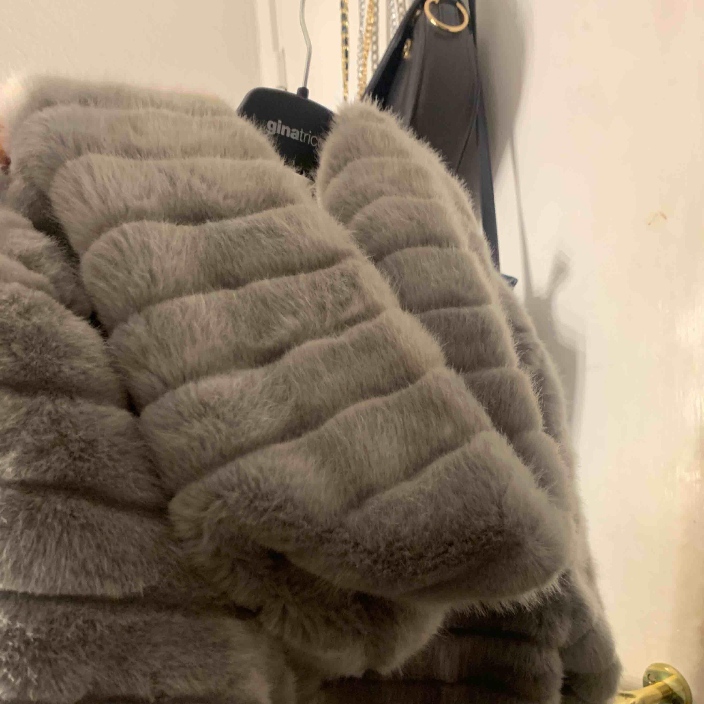 Mysig fluffig jacka med luva storlek S/M. Finns i borås men kan skickas mot frakt! . Jackor.