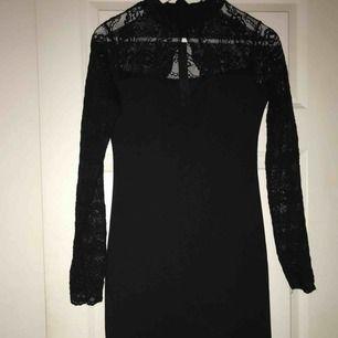 Så fin spetsklänning från Bikbok i storlek M. Passar perfekt till festligare tillfällen