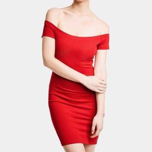 NY med lappen kvar. Storlek xs.  snygg bardot klänning från bikbok.