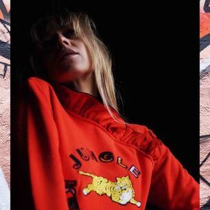 As ball tröja från Kenzo x H&M collection. Den sitter så fint och är lite udda sådär med volanger kring nacken, verkligen ett statement piece man behöver i garderoben. Tröjan är i nyskick och kan skickas i posten eller så möts vi upp !