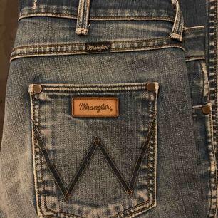 Vintage wrangler jeans med bootcut. Säljer pga för små. Jättesnygg färg. Skulle säga att de är rätt mycket mindre än 29 i waist, typ 27.