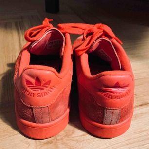 Röda Adidas Stan Smith, knappt använda och verkligen de skönaste sneakersen man kan hitta!