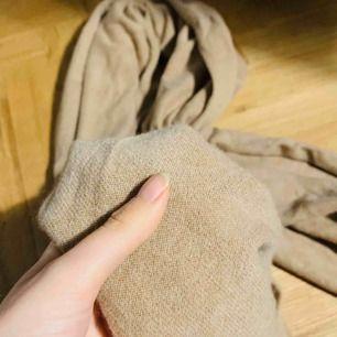 Världens skönaste kashmir-sjal från Parenti's. Brun/beige färg och stor modell. Kan användas som halsduk, filt eller ponchoaktikt.