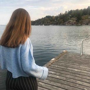 Blå stickad tröja med liten polo och lysröret i armarna. Super fin men säljer då den inte används