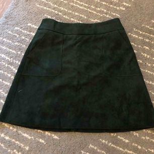 Mörkgrön kjol i sammet. Endast använd 1 gång. Strlk 36. köpare står för frakt