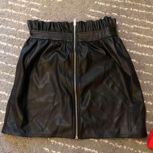 Kjol i läderimitation från Linn Ahldborgs kollektion med NA-KD. Aldrig använd. Strlk 36. Köpare står för frakt