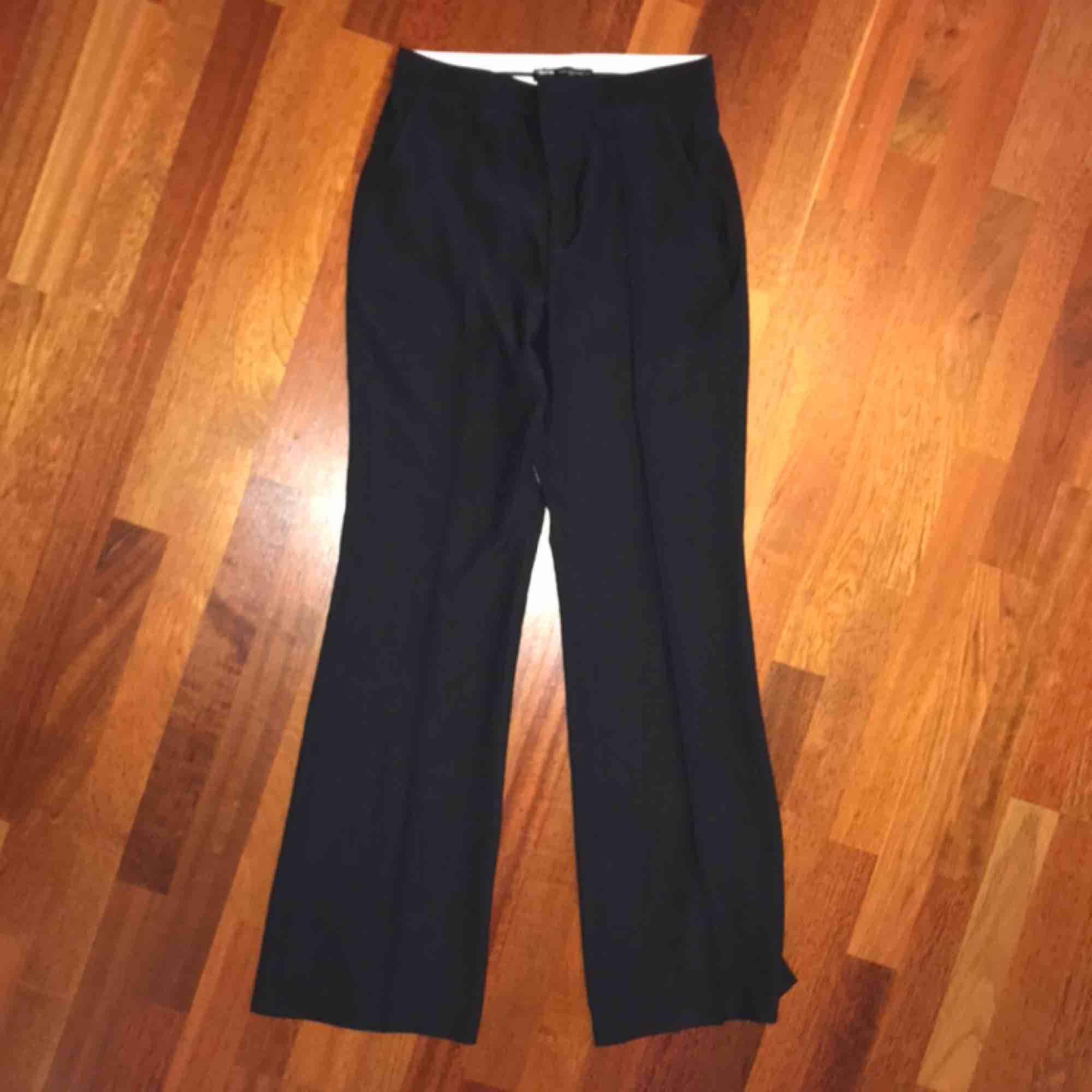 Svarta kostymbyxor från Zara, nyköpta och helt oanvända med lappen kvar. Säljer då de är lite stora på mig. Kan mötas i Stockholm, annars tillkommer frakt🥰. Jeans & Byxor.