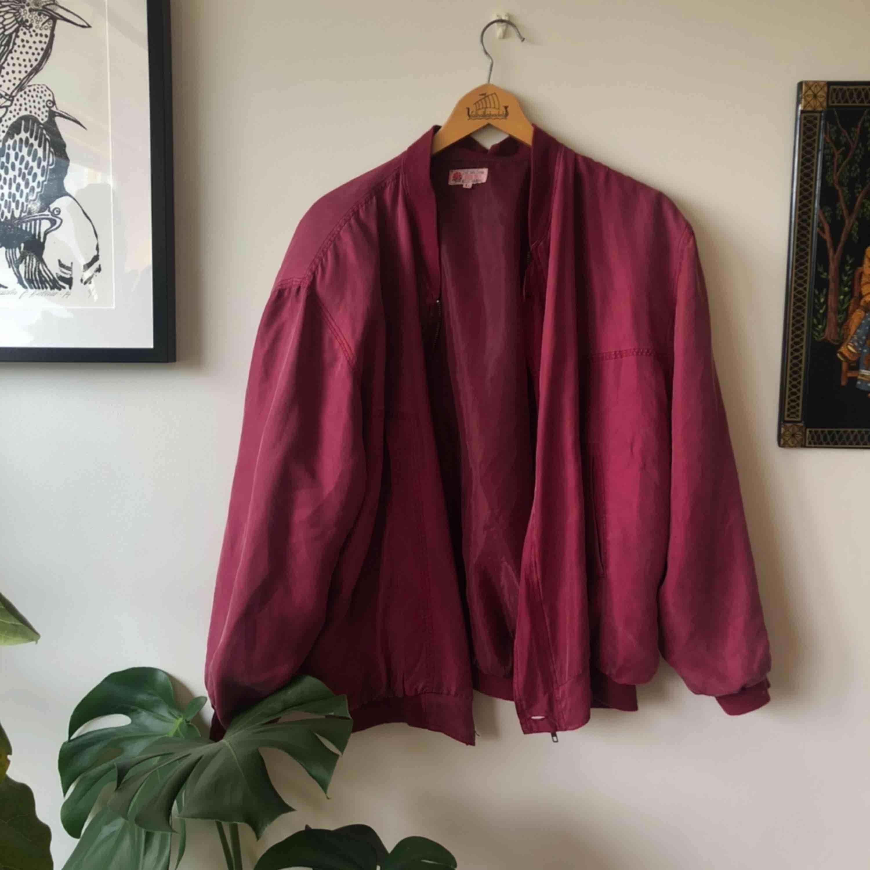 Köpt i kina för läääänge sen, men är fortfarande i gott skick! Inga synliga skador. 100% silke, så tyget känns härligt och luftigt att ha på sig. . Jackor.