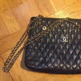 Fake (troligen) chanel handväska! Väldigt mörkblå, ser nästan svart ut.   Kan mötas upp i centrala Sthlm eller frakta