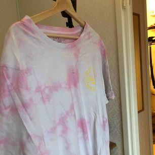 cool tshirt i rosa tiedye!