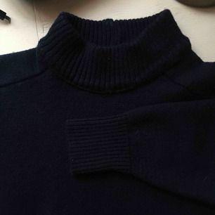 Jätte fin stickad tröja som tyvärr är förliten! Bilderna är inte rättvisande💘  kan gå ned i pris, frakt tillkommer🌻