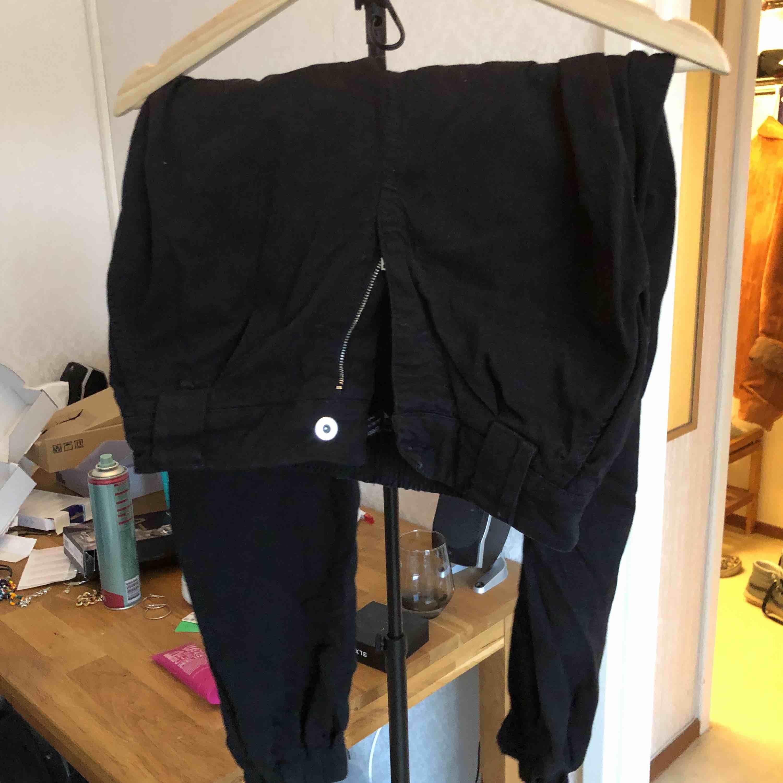 balla byxor från bershka! baggy svarta!😍. Jeans & Byxor.