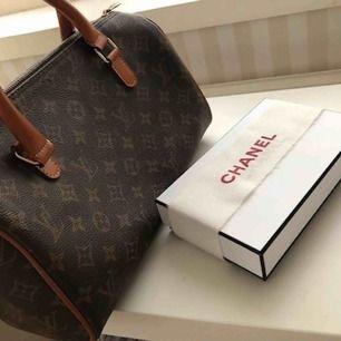 Vintage väska ifrån Louis Vuitton, köpt på en vintage butik förra hösten, har tyvärr varken kvitto eller äkthetsintyg därav det låga priset,