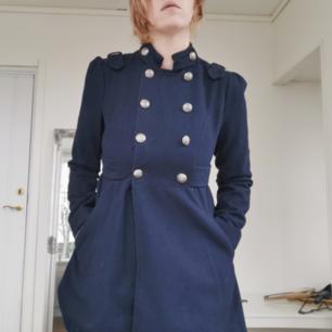 Superfin marinblå kappa I jättefint skick Militärinspirerad. Sitter snyggt och skönt. Sparsamt använd. Köpt på New Yorker för några år sedan. Köparen står för frakten ⚡
