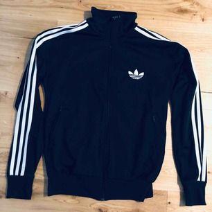 Zip-tröja från Adidas. Svart. Storlek M. Passar även S om man vill ha den lite loosefit. Passar kille och tjej.