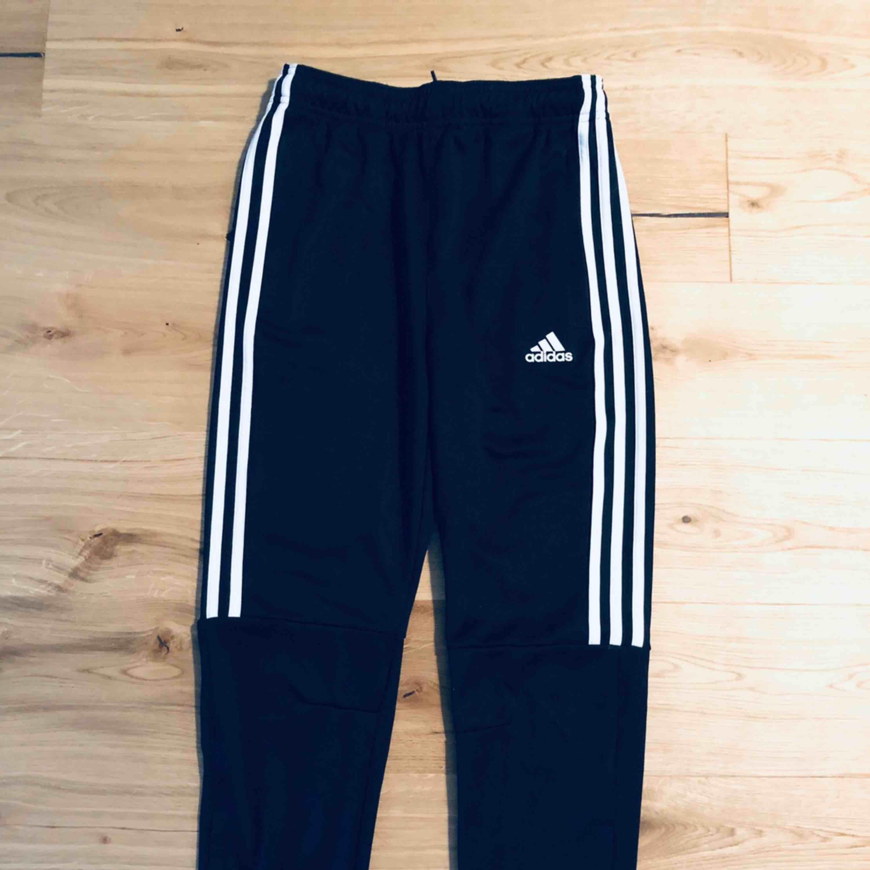 Adidasbyxor ALL BLACK. Använda 1 gång. Mycket gott skick! Passar dig som är storlek XS eller S. Passar kille och tjej. Nypris 799:- . Jeans & Byxor.