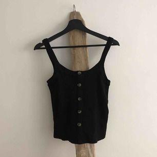 Grymt snyggt ribbat svart linne från &other stories med fina bruna knappar, lite tjockare härligt material. ☠️  SKICK: Inga anmärkningar.  MATERIAL: 94% viskos 6% elastan