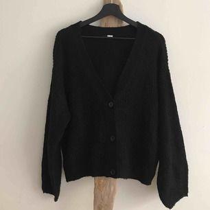 Jättemjuk svart höstkofta med svarta knappar! Så fin men har en till så behöver inte denna! 🌚 Perfekt över vilka kläder som helst.   SKICK: Använt enstaka gånger, klippt av lappen annars inga anmärkningar  MATERIAL: 100% akryl