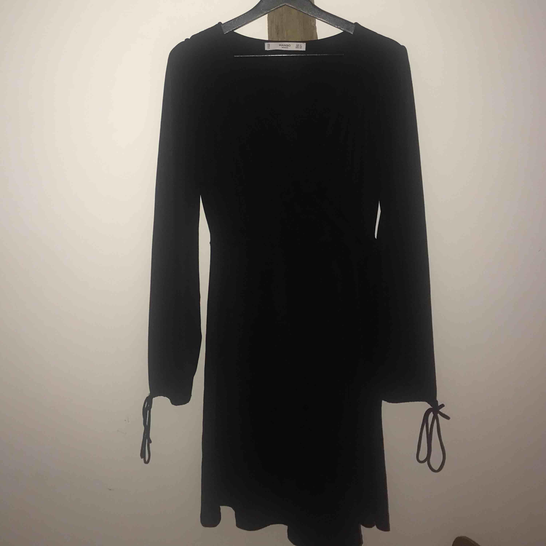 Underbar svart omlottklänning från Mango i glansigt material. Jättefina detaljer! 🌙. Klänningar.