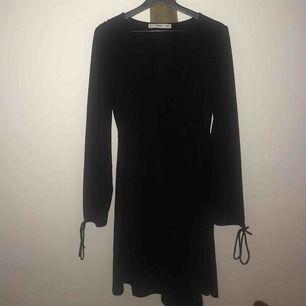 Underbar svart omlottklänning från Mango i glansigt material. Jättefina detaljer! 🌙