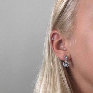 Snygga silverörhängen med diamanter, inte äkta silver dock!