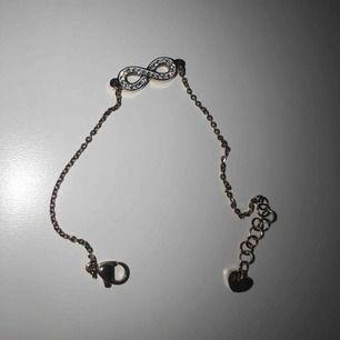Säljer detta fina armband i roseguld. Bra kvalité!
