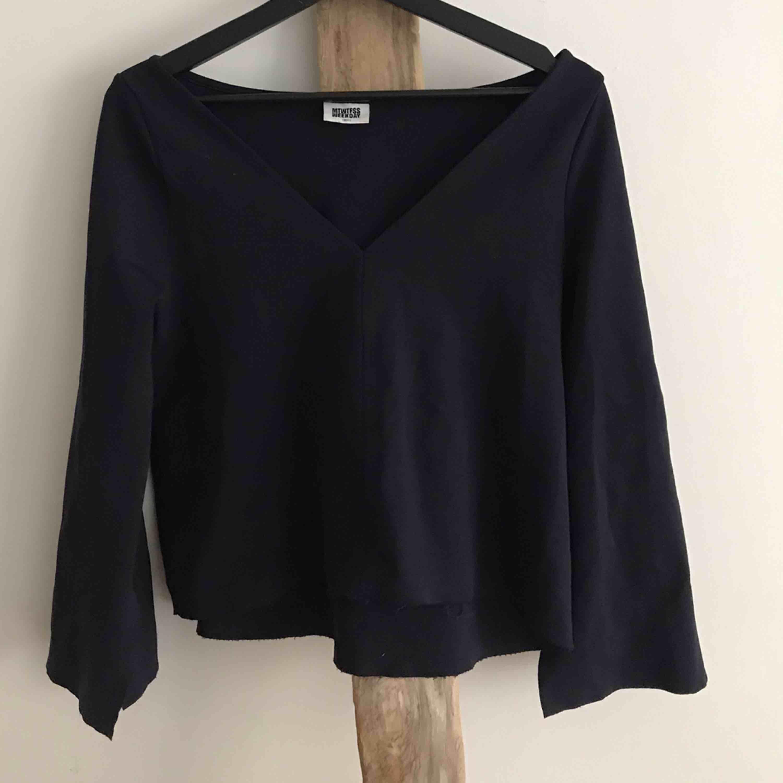 """Glansig astuff mörkblå tröja från Weekday! Croppad med en """"avklippt"""" look, även """"korta slits"""" i armarna. Jättefin på fest och till vardags. Läckra detaljer!  🌊🔝. Toppar."""